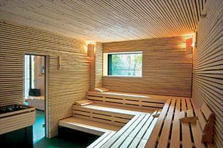 Nue au sauna