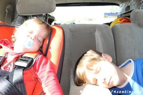 En route vers Pétra, en Jordanie... Les garçons finalement endormis!