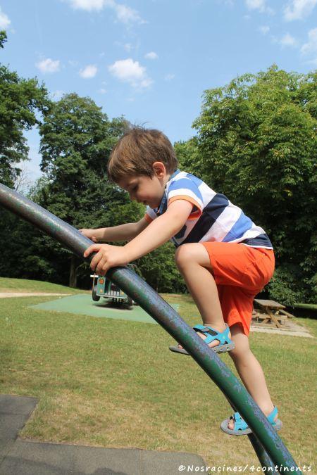 Notre fils cadet, qui s'amuse dans les jeux du parc du château de Breteuil
