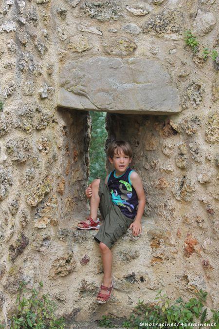 Notre fils ainé se prend déjà pour un chevalier, château de la Madeleine