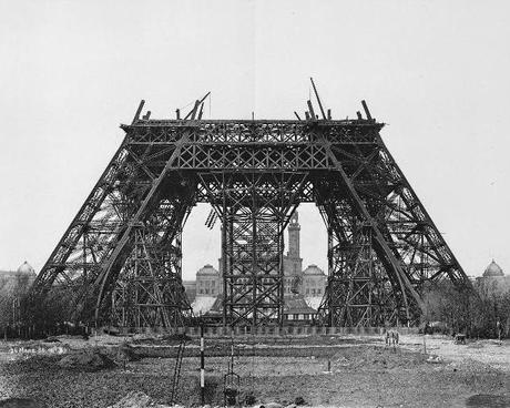 20 mars 1888 : montage des poutres horizontales sur l'échafaudage du milieu © wikipedia.org