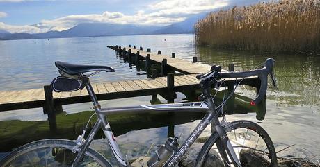 Un vélo au bord du lac d'Annecy