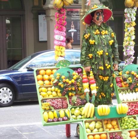 Une commerçante déguisée en fruit à Las Ramblas