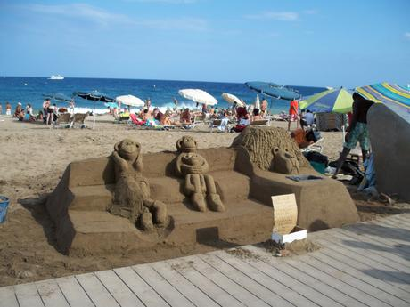 Une sculpture en sable sur la plage de Barcelone