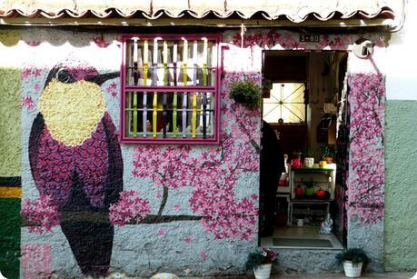 boutique du centre historique avec un colibri en street art sur la façade dans le quartier de la Candelaria de Bogotá