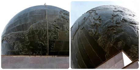 zoom sur la terre et les continents Amérique et Europe au sommet du monument de la Mitad del Mundo de Quito