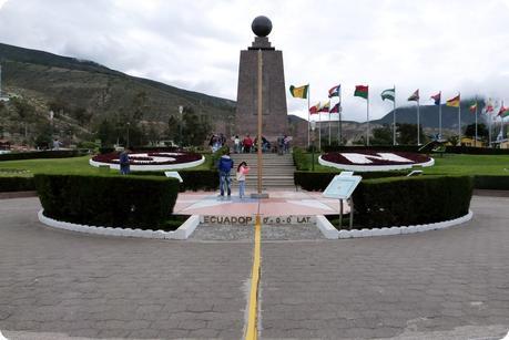 Ligne, drapeaux et monument de la Mitad del Mundo de Quito