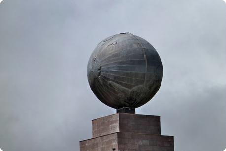 terre au sommet du monument de la Mitad del Mundo de Quito