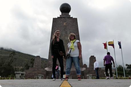 Maman et moi sur la ligne de la Mitad del Mundo de Quito