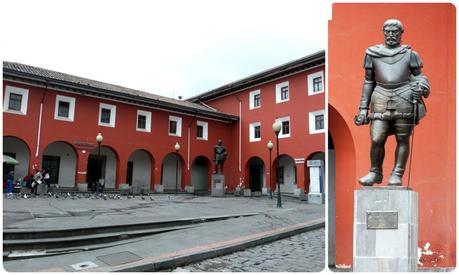 Statue sur la Plaza Benalcazar dans le centre historique de Quito