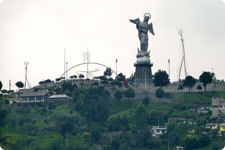 Zoom sur la Vierge de Quito sur le Panecillo