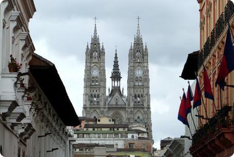 Basilique del Voto Nacional vue depuis le centre-ville de Quito