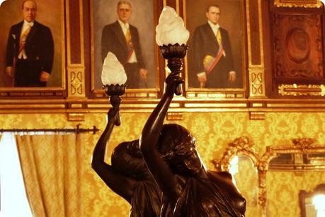 Statue portant une lampe dans une salle du Palacio Presidencial de Quito