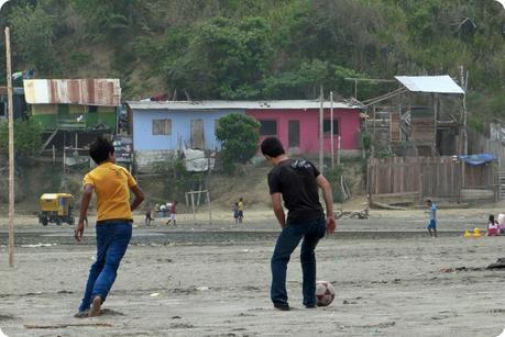 enfants jouant au football sur la plage de Pedernales