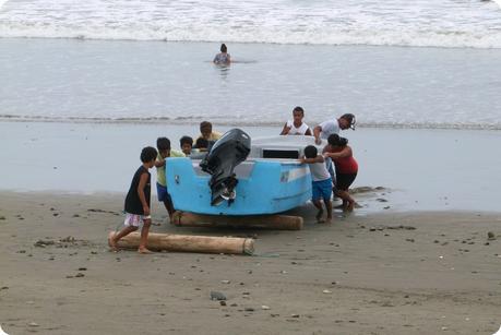 petit bateau de pêche remonté par des enfants sur la plage de Pedernales