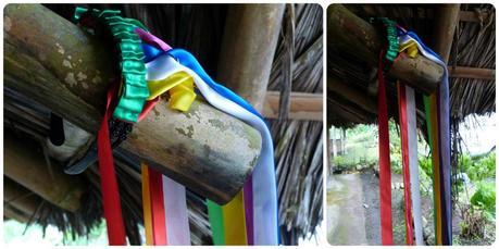 zoom sur un serre-tête couleur arc-en-ciel accroché à une poutre d'une maison des Tsachila à Santo Domingo des Colorados