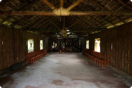 intérieur de la maison commune des Tsachila à Santo Domingo de los Colorados