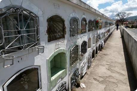 tombes sur un toit du cimetière de Tulcán