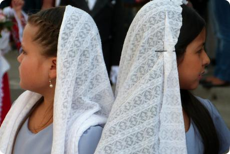 petites filles voilées de blanc durant la procesión chiquita de la Semana Santa de Popayán