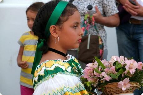 petite sahumadora vue de profil durant la procesión chiquita de la Semana Santa de Popayán