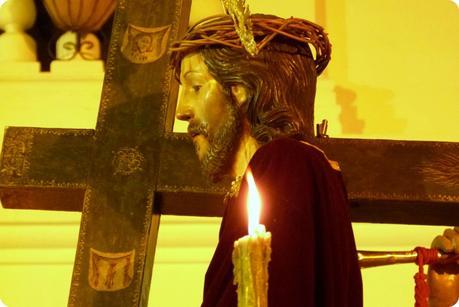 zoom sur Jésus portant la croix sur un paso du défilé du mardi saint durant le défilé de la Semana Santa de Popayán