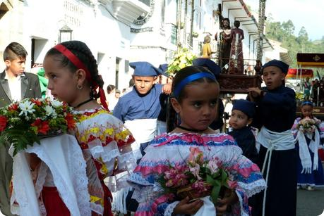 petites sahumadoras durant la procesión chiquita de la Semana Santa de Popayán