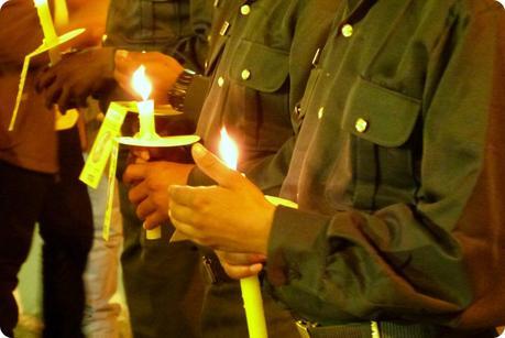 militaires tenant une bougie dans leurs mains durant le défilé de la Semana Santa de Popayán