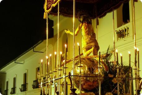 Seigneur du pardon avec le monde en or sur un paso du défilé du mardi saint durant le défilé de la Semana Santa de Popayán
