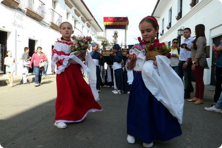 petites filles sahumadoras durant la procesión chiquita de la Semana Santa de Popayán