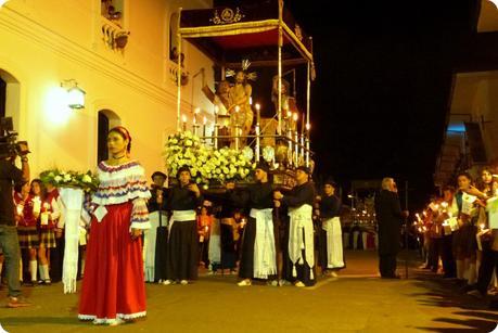 paso avec une sahumadora à l'avant dans le défilé du mardi saint durant le défilé de la Semana Santa de Popayán