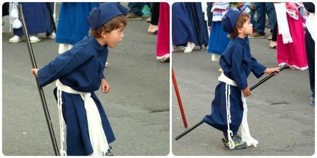 petit moquero jouant avec son bâton pour récupérer la cire des bougies durant la procesión chiquita de la Semana Santa de Popayán
