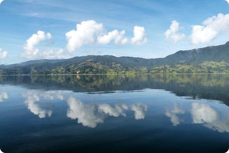 nuages se reflétant dans la lagune de la Cocha à Pasto