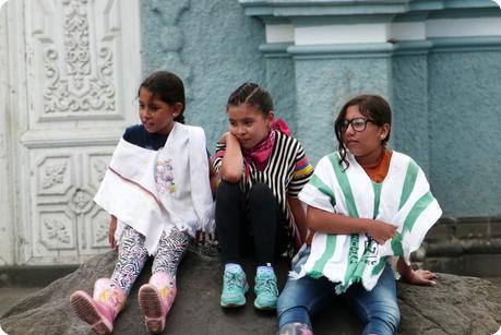 jeunes filles assises sur une pierre à Pasto
