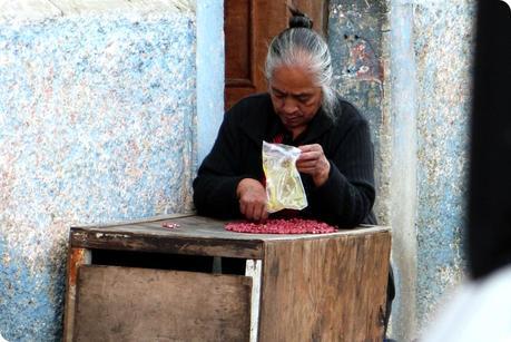 femme triant des cacahuètes dans une rue de Pasto