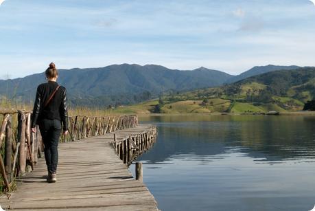 Moi de dos sur le ponton de l'île de la Corota à la lagune de la Cocha à Pasto