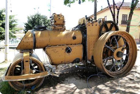 vieux rouleau compresseur jaune décoré à Pasto