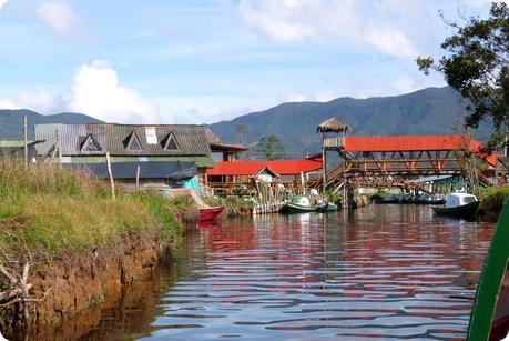 village et maisons de la lagune de la Cocha à Pasto