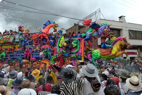 char avec de la mousse de carioca au carnaval de Pasto