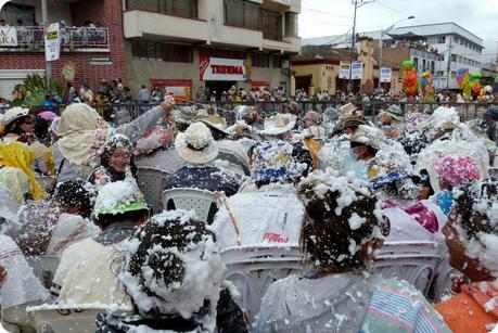 bataille de carioca dans le public du carnaval de Pasto