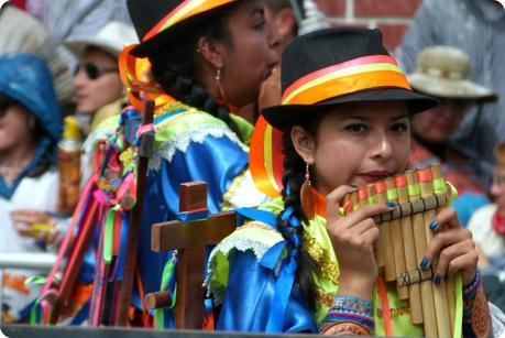 fille avec une flûte de pan au carnaval de Pasto