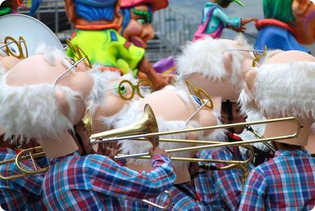 grosses têtes d'einstein avec des trompettes au carnaval de Pasto