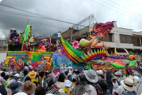 char avec une femme et un dragon au carnaval de Pasto