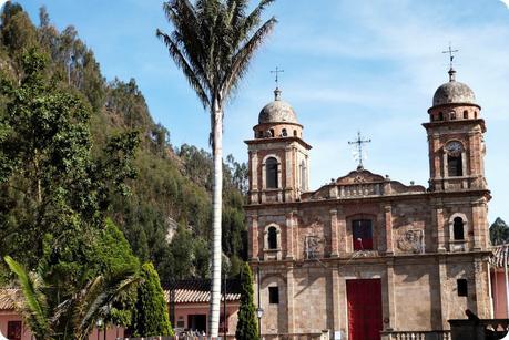 église sur la place du centre de Nemocón