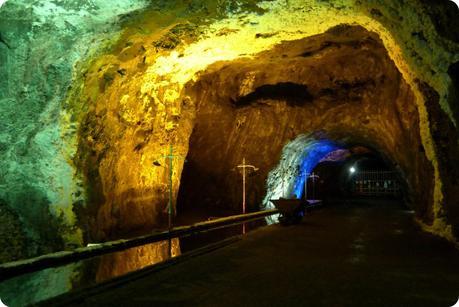 plan d'eau et tunnel dans la mina de sal de Nemocón