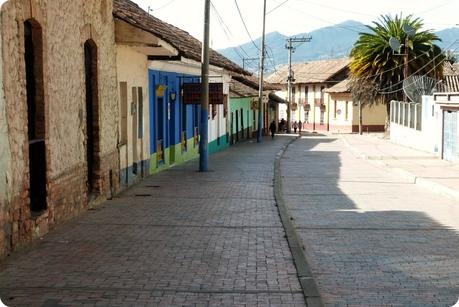 maisons colorées dans une rue de Nemocón