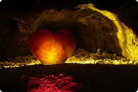 coeur illuminé en sel à la mina de sal de Nemocón