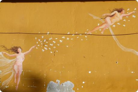 mur ocre avec des dessins d'anges à Nemocón