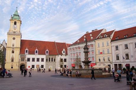 bratislava vieille ville centre place centrale ancien hôtel de ville hlavné námestie
