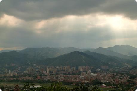 Rayons du Soleil à travers les nuages au-dessus de la ville de Medellín depuis le Pueblito Paisa