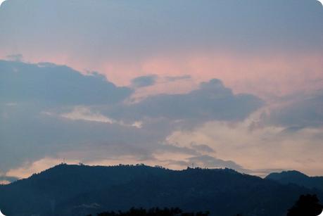 coucher de Soleil sur la montagne depuis la maison à Medellín